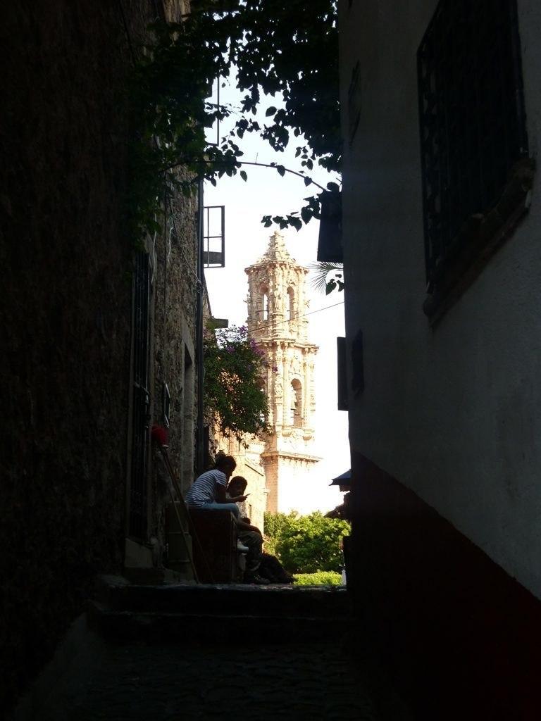 Cathedrale Santa Prisca depuis une rue - Taxco