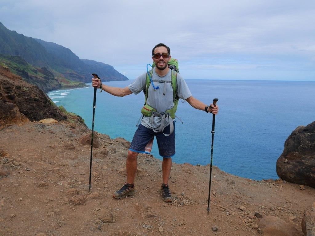Un homme heureux sur le Kalalau Trail