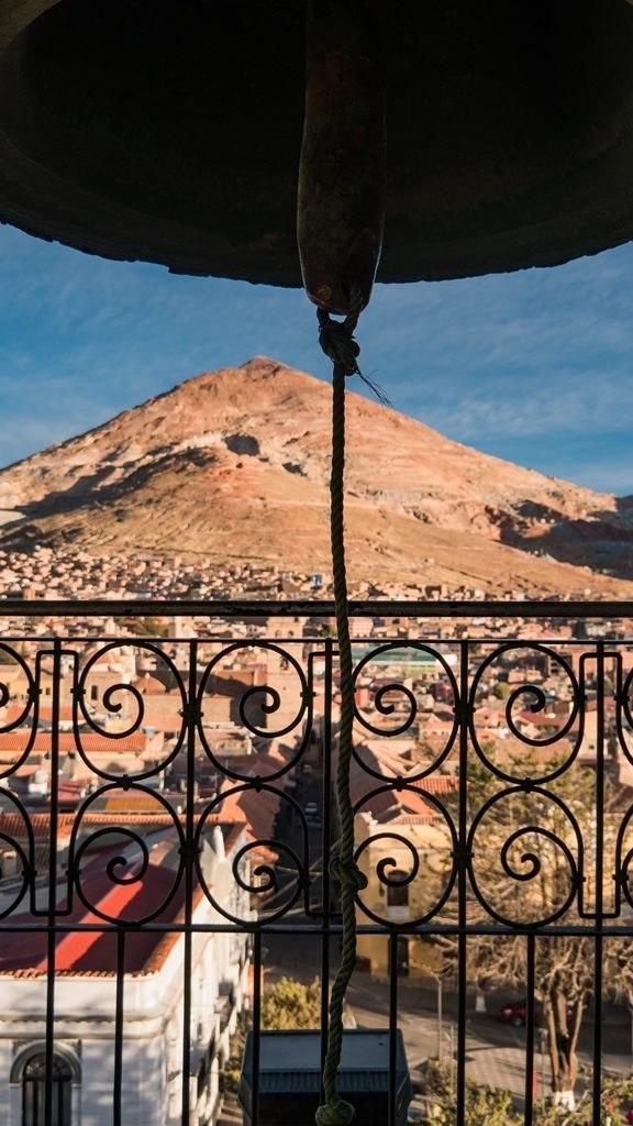 Vue sur le cerro rico du haut de la Cathédrale Potosi